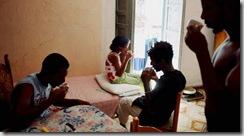 L'heure du thé pour des réfugiés érythréens qui partagent un appartement à Palerme, en Sicile. Crédits photo : Alfredo D'AMATO/PANOS-REA