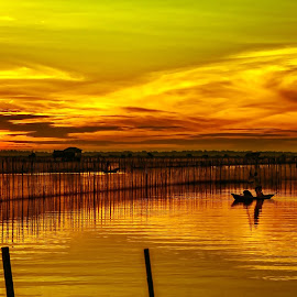 Sunrise in lagoon by Amateur Pic - Landscapes Sunsets & Sunrises ( dawn, lagoon, thua thien hue, vietnam, sunrise, boat, amateurpic )