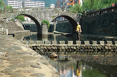 Extranjero en el puente gafas de Nagasaki 眼鏡橋にいた外国人 Foreigner at Spectacle Bridge in Nagasaki