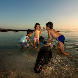 Play on The Beach by Erwan Setyawan - Babies & Children Children Candids ( lakey, dompu, beach )
