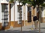 Mujer-barriendo-la-vereda-23956