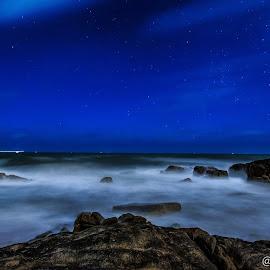 Anh muốn được cùng em, về vùng biển vắng... mình sẽ ngồi cùng nhau ngắm sao trời và nghe sóng vỗ rì rào...#night #photography #landscape #nightscape #sea #sky #star #waves #milkyway #rock #water by Lam Phat - Landscapes Beaches