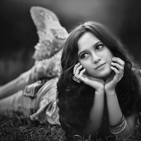 new girl in town by Ivan Lee - Black & White Portraits & People ( canon, model, girl, beauty,  )