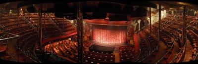 A sala de espectáculos vista do último balcão