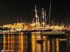 Yat limanı geceleri ışıl ışıl. Dünyanın değişik yerlerinden gelen tekneler uğruyor.