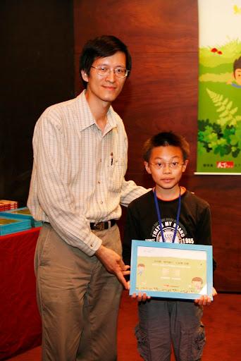 林世仁老師與獲獎的小朋友