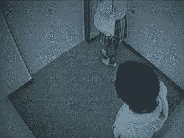 エレベータのひったくりをたくましく撃退する女の子
