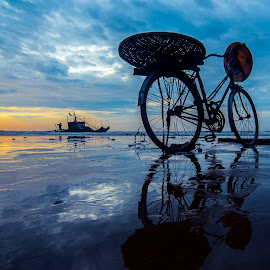 Reflections by Amateur Pic - Transportation Bicycles ( reflection, bike, sea, vietnam, amateurpic )