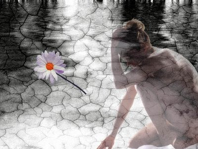 mulher dentro do espelho d'água