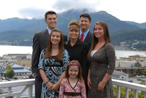 photo of Bristol Palin, mom Sarah Palin and family members