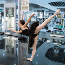 Ballet dancer by Vibeke Friis - People Musicians & Entertainers ( airport, ballet, barcelona )