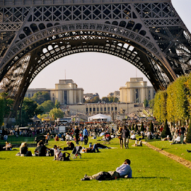 Eiffel Tower Picnic by Rob Kovacs - Novices Only Street & Candid (  )