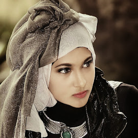 by Omiq Qs - People Portraits of Women