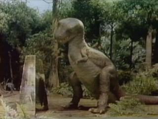 um Pylon e um dinossauro