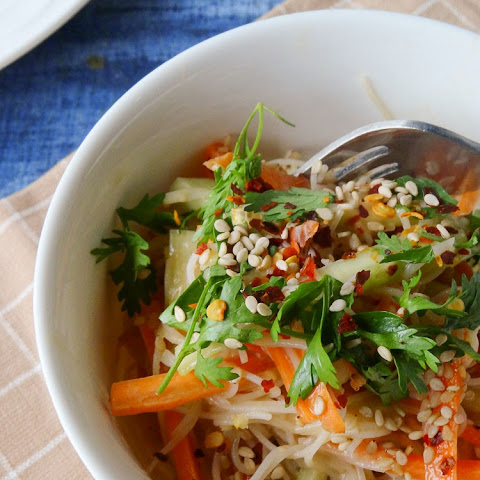 Cold rice noodle salad in peanut sauce dressing { Vegan + Gluten-free}