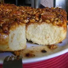 Cinnamon Rolls With Caramel and Walnuts Topping