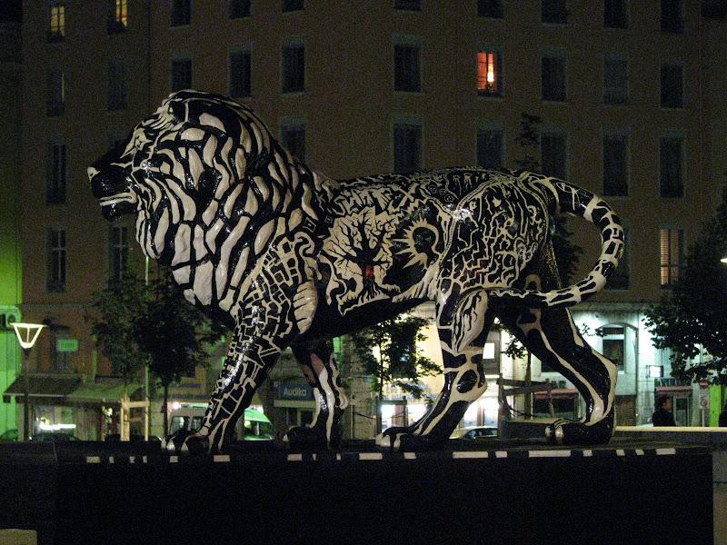 Lyon by night - Une des sculpture de lion