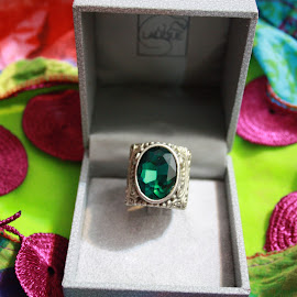 sultana's emerald ring by Noele Hachach - Artistic Objects Jewelry
