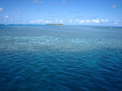 W tle wielka wyspa koralowa