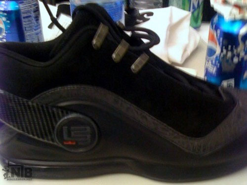First Look at the NIKE ZOOM LEBRON VI All Black