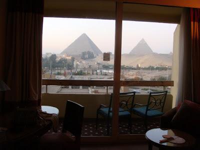 ホテル「ル・メリディアン・ピラミッド」の一室よりギザの三大ピラミッドを臨む