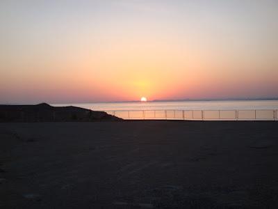 ナセル湖から昇る朝陽 @夜明けのアブシンベル神殿前の広場にて