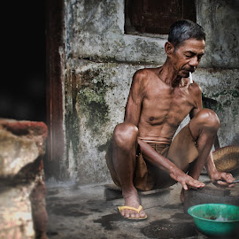 Mengasah tajam by Ilham Firdaus - People Portraits of Men ( indonesia, human interest, ilham firdaus, people, portraits of men )