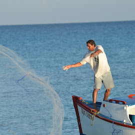 cuban fisherman by Richard St-Hilaire - Novices Only Street & Candid ( fishing, net, boat, bateau, filet, pêche )