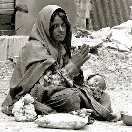 PORTRAIT OF POOR LIFE by Doug Hilson - People Street & Candids ( poverty, india, touuching, black&white, woman&baby )