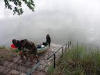 Přenášení lodí přes hráz rybníka Rožumberk.