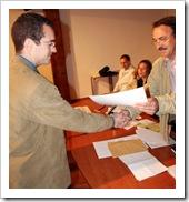 El ganador, a la izquierda, recibe el premio del manos del presidente del colectivo promotor.