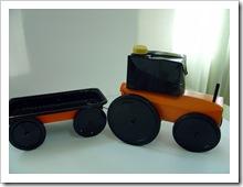 Un tractor con remolque recreado con estos materiales.