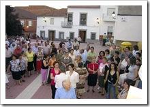 Vecinos de San Benito, congregados en la plaza de la pedanía.