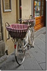 Cykel med randiga korgar