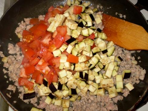 Kalakutiena, baklažanas, pomidorai