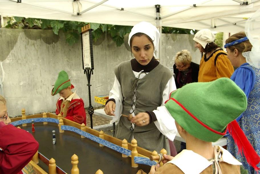 Fête médiévale à Cruas (Ardèche) - Et comme dans toute bonne fête médiévale, les jeux d'adresse sont incontournables. Ici, le jeu de quilles…