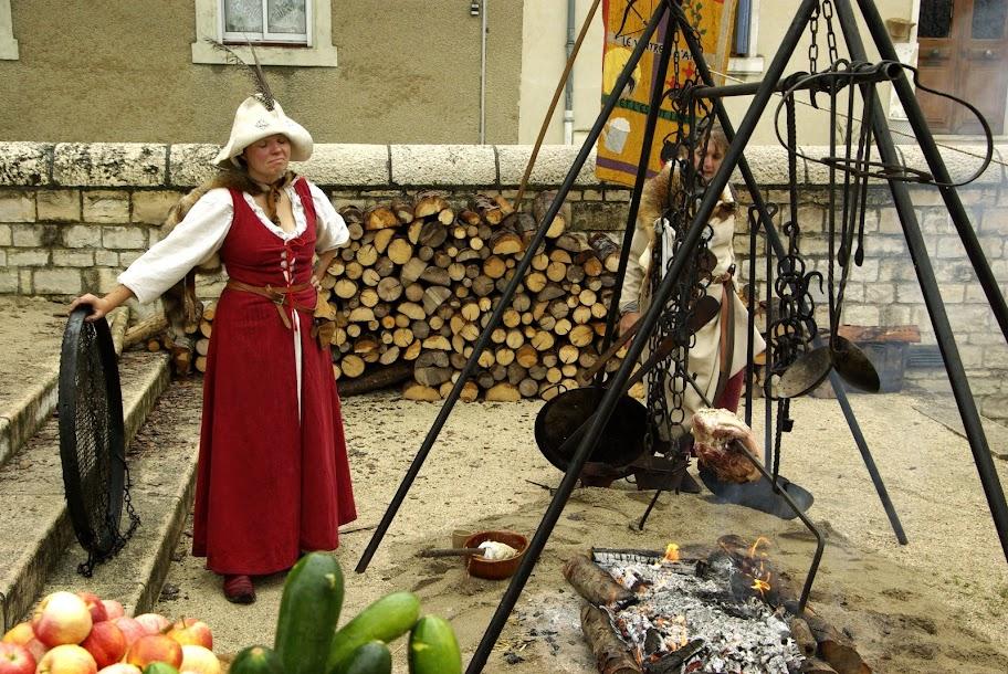 Fête médiévale à Cruas (Ardèche) - La vilaine prépare la pitance.