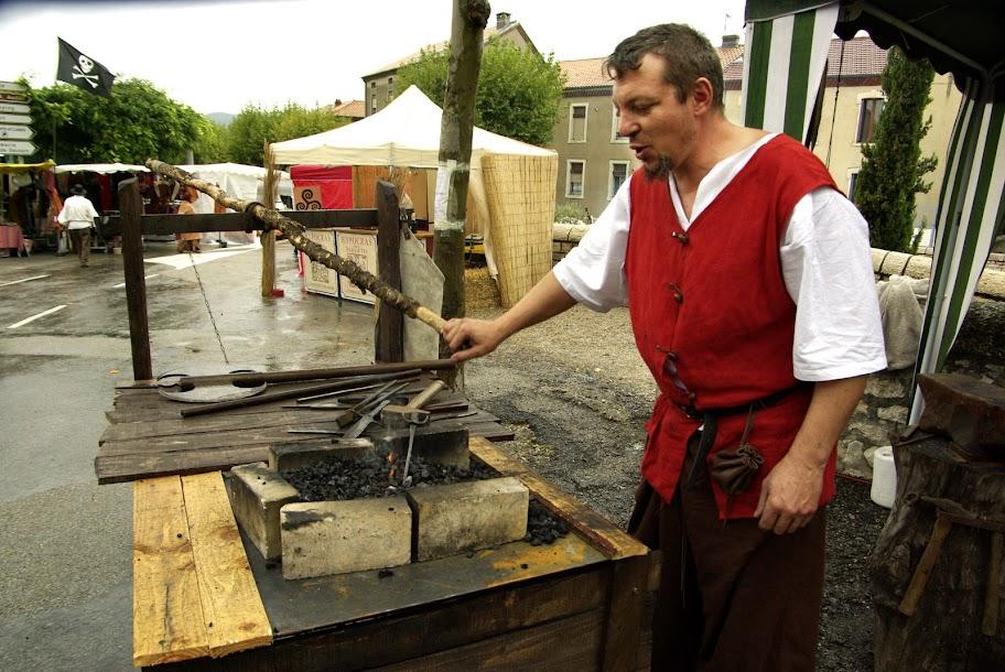 Fête médiévale à Cruas (Ardèche) - Premier jour de foire… avec un temps dantesque : mistral et pluie. Le feu de la forge n'est pas de trop pour me réchauffer