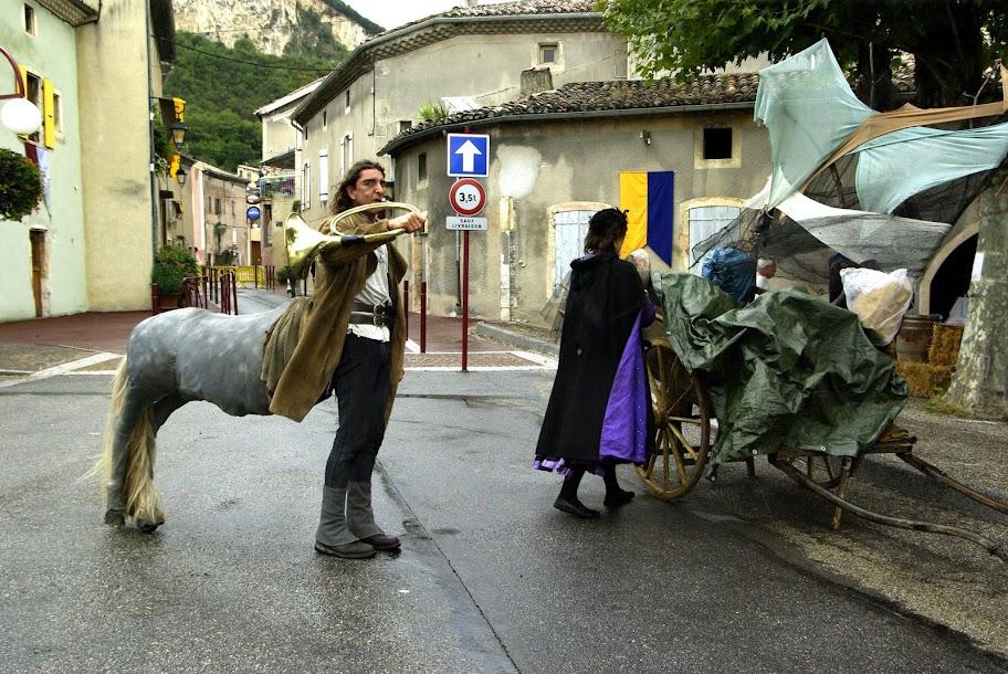 Fête médiévale à Cruas (Ardèche) - Le Centaure bât le rappel du public.