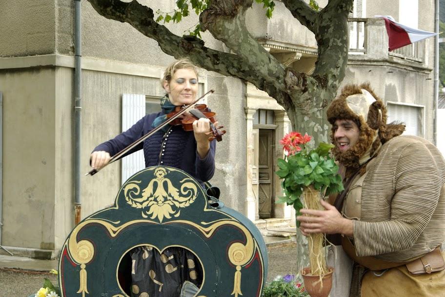 Fête médiévale à Cruas (Ardèche) - On y voit même une fée envouter ce troll peu engageant.