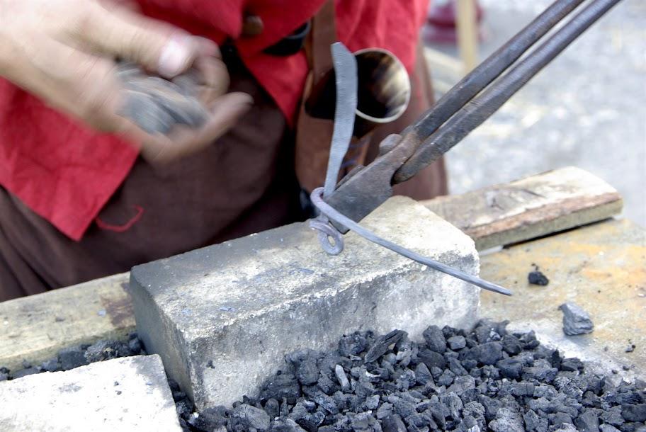 Fête médiévale à Cruas (Ardèche) - Le couteau prend forme. Je confectionne le manche à la pince, et pas au marteau cette fois ci.