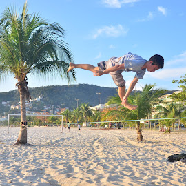 Tree kicking by Hugo Reis - Sports & Fitness Other Sports ( jumping, rio de janeiro, slackline, brasil )