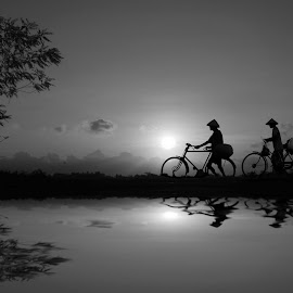 pulang ke kampung halaman by Indra Prihantoro - People Street & Candids ( bicycle )