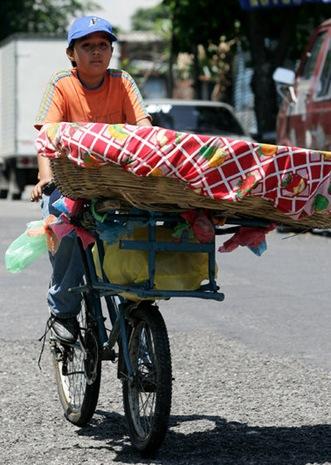 NIÑO TRABAJADOR. Douglas Dagoberto Hernández, de 11 años, quien vende pan en su bicicleta circula cerca del INFRAMEN ofreciendo su producto a las personas de dicha zona. Foto de La Prensa, Rony González