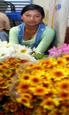 Brenda Azucena, de 16 años, reside en las faldas del volcán de San Salvador vende flores en el mercado de Santa Tecla viajando todas las madrugadas desde su casa; además de estudiar en el Centro Escolar del cantón El Progreso. Foto de La Prensa, Ana María González