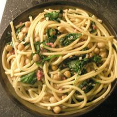 Curly Pasta With Spinach and Chickpeas