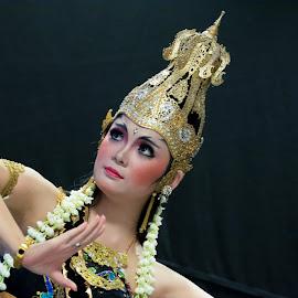 Ratu Graeni by Max Bowen - People Musicians & Entertainers