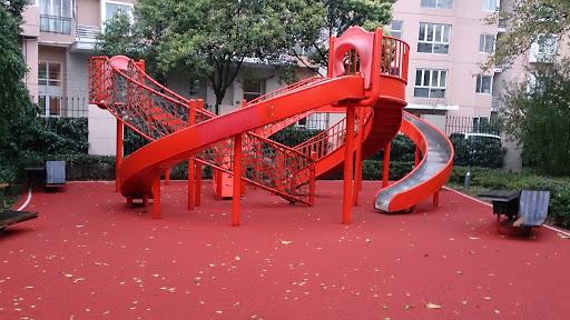 红色滑滑梯