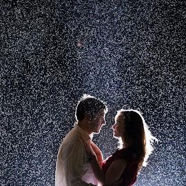 In the rain by Lukas Gisbert-Mora - People Couples ( nuit, pluie, couple, night, light, rain )
