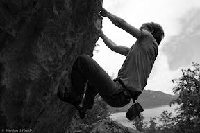 Matzi beim Klettern über dem Attersee